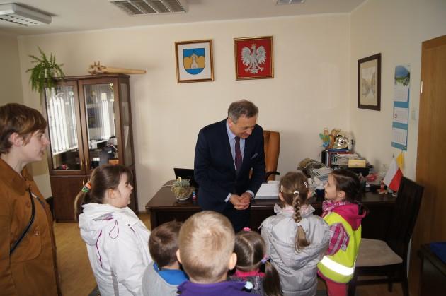 Przedszkolaki zWielkanocną wizytą uBurmistrza
