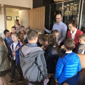 Dzieci zSP 6 zwizytą wUrzędzie Miasta wRedzie