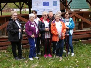 Seniorzy UTW na marszu Nordic Walking