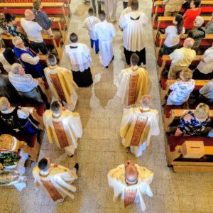 Uroczystość poświęcenia placu podbudowę nowego kościoła
